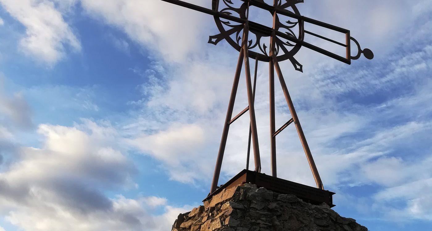 La croix surplombant l'Abbaye de Fontfroide