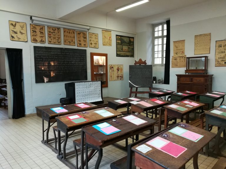 Une salle de classe du musée de l'école