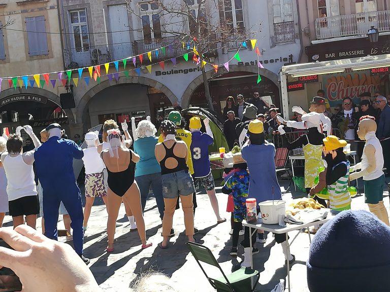 Une bande du carnaval de Limoux sur le thème du camping
