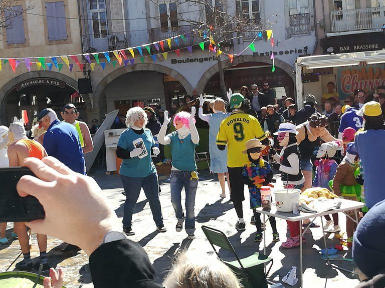 Une bande du carnaval de Limoux qui danse et chante avec le public