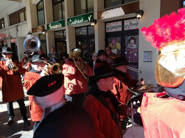 Une fanfare qui accompagne le défilé