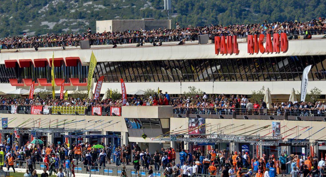Une tribune et les équipes techniques lors d'une course automobile au Paul Ricard