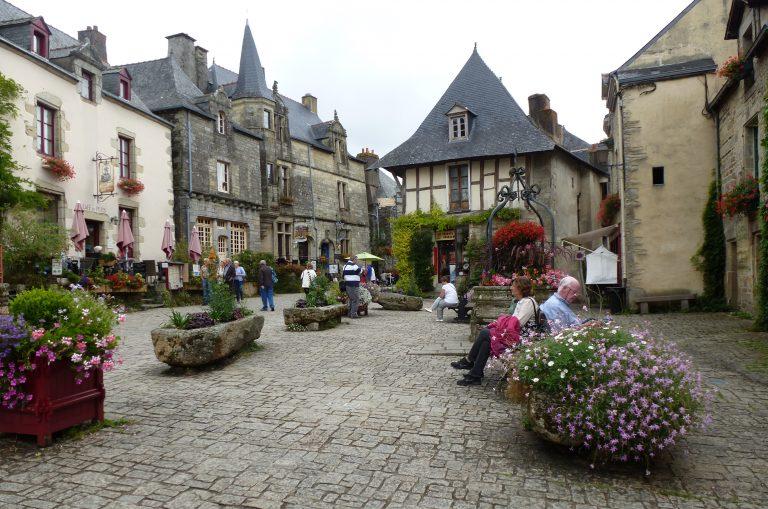 La place centrale de Rochefort en terre, Morbihan