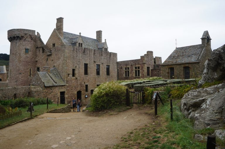 La cour du Fort La Latte