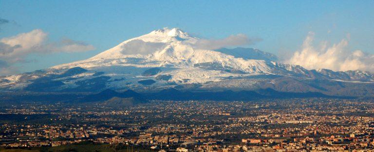 La ville de Catane et l'Etna enneigé en Sicile