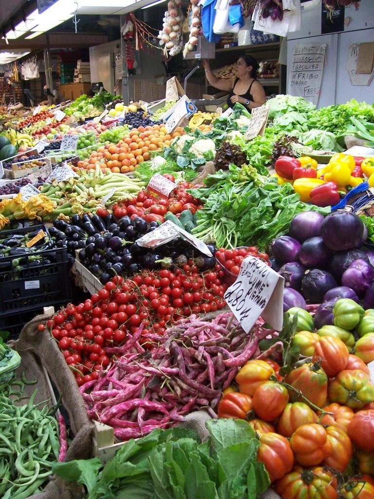 Fruits et légumes du marché pour cuisiner en camping-car