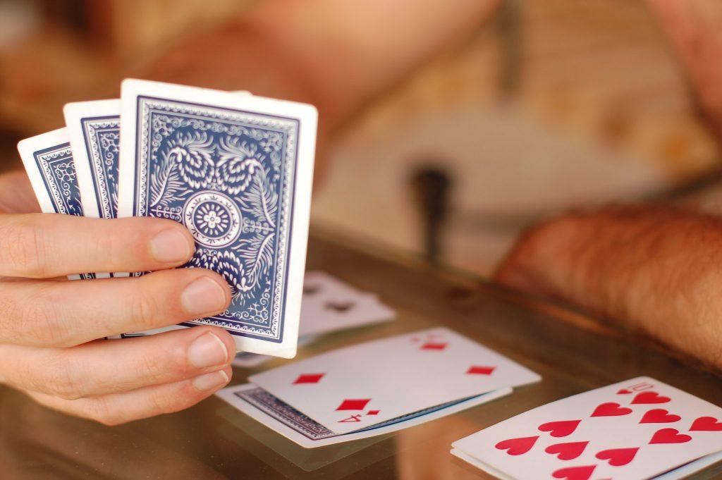 Jouer aux cartes pour s'accuper en camping-car quand il pleut